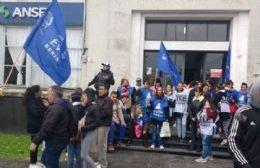 Protesta de movimientos sociales en las puertas de la ANSeS Berisso