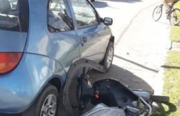 Violento accidente entre automóvil y motocicleta en 10 y 152