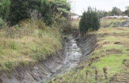 Trabajos de limpieza en el canal de Ruta Provincial 11
