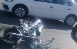 Y no faltan los accidentes: Chocaron moto y auto en Montevideo y 30