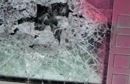 Rompieron los vidrios del cajero de Montevideo y 7 y quedaron detenidos
