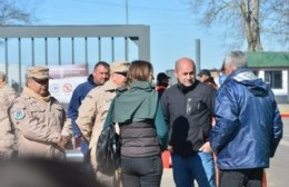 Decenas de bomberos, integrantes de Defensa Civil de la comuna de Ensenada y personal de Prefectura Naval buscan en la costa de la isla Santiago en lanchas a Amadeo Martínez.