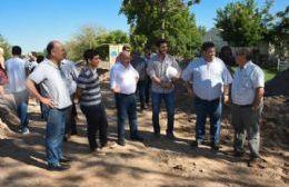Construyen dársenas pavimentadas frente a la Escuela 20 del Paraje La Hermosura