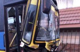 Impactante choque de un colectivo de la Línea 202 contra un contenedor