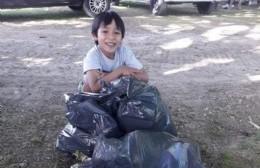 Bruno, recargado: Esta vez juntó residuos en la Plaza Almafuerte y sumó a un amiguito