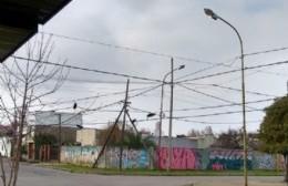 Cables y postes a punto de aterrizar en el suelo en 13 y 162