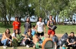 La agrupación Puente realizó una jornada de limpieza y concientización en La Balandra