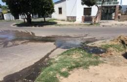 Barrio Progreso: El agua de las cloacas en plena vereda