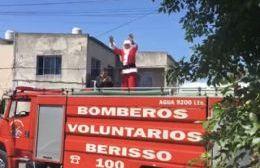 Los Bomberos Voluntarios llevaron a Papá Noel y el Jardín 910 lo disfrutó