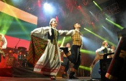 Performance del conjunto juvenil de danzas folklóricas lituana.