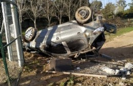 Impactante accidente en Ruta 15 y 65: Automóvil despistó, tumbó varios postes y volcó