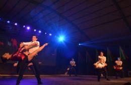 Espectáculo de tango sobre el escenario de la Fiesta del Inmigrante