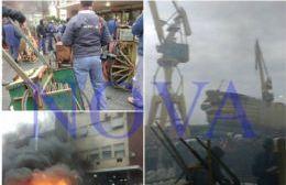 Quema de cubiertas en el corazón del Astillero: los trabajadores denuncian que el gobierno paralizó la fábrica dejándola sin insumos. (Foto: NOVA)