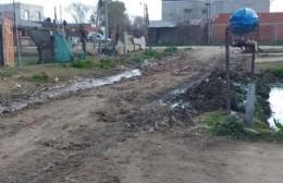 """Bronca en Villa Paula: """"Dejaron tirados todos los residuos que sacaron de la zanja"""""""