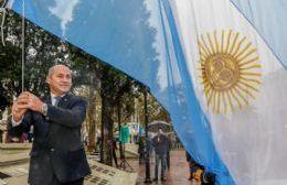 El intendente Mario Secco, en el izamiento del Pabellón.