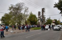 """""""Hambre y despidos"""" en la región: Protesta en Puente Roma"""