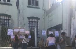 Trabajadores de la Mutual 10 de Junio atienden sobre la vereda