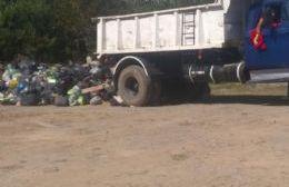 Camión tira basura en calle 49.