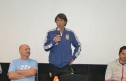 El preparador físico de la Selección inauguró el curso de DT infanto-juvenil